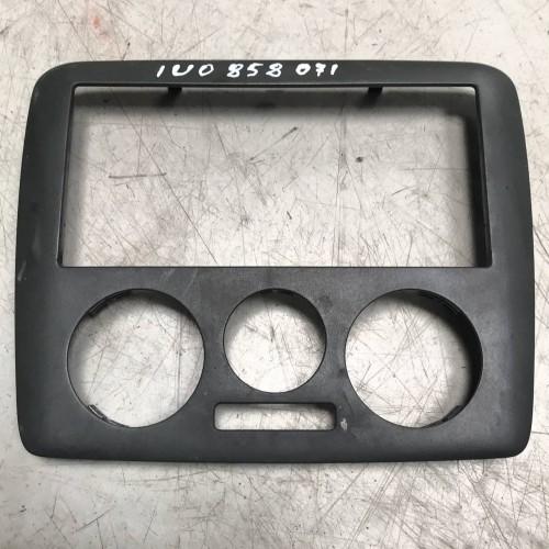 Рамка центральной консоли Skoda Octavia Tour, 1U0858071