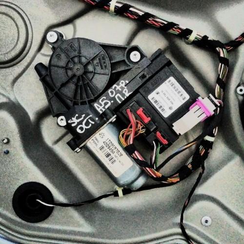 Моторчик стеклоподемника передний (R) Skoda Octavia A5, (2007), 1T0959702B