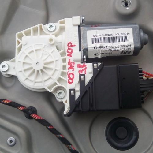 Моторчик стеклоподемника задний (R) Skoda Octavia A5, FL, (2010), 5K0959704A